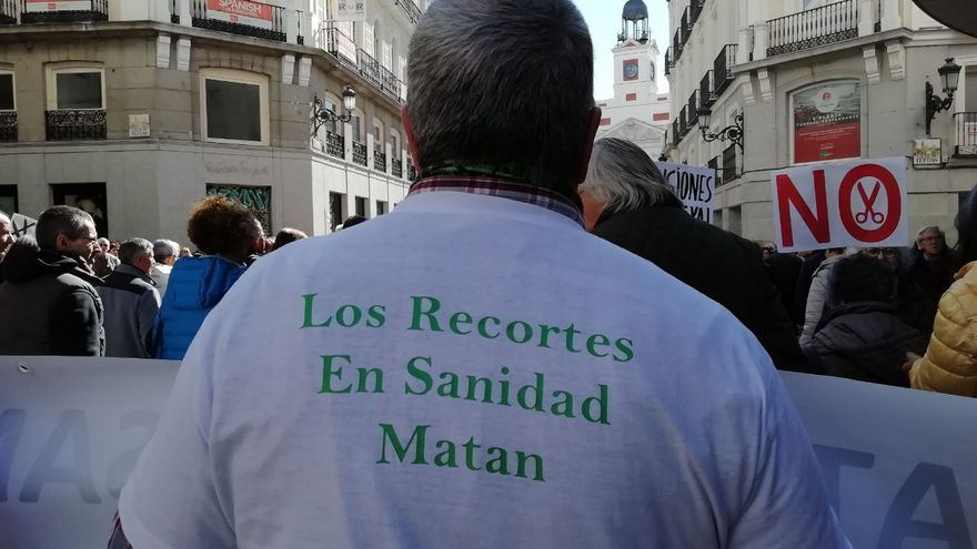 Un manifestante con una camiseta en contra de los recortes en sanidad