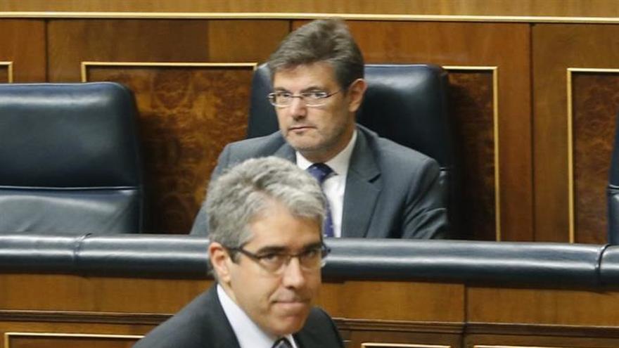 El ministro de Justicia observa al portavoz del PDeCAT, Francesc Homs.
