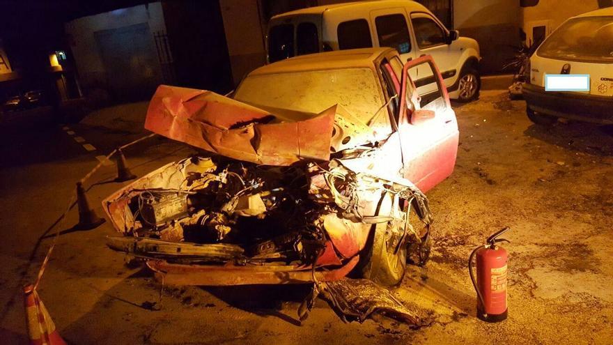 En la imagen, uno de los coches que sufrió el impacto. Foto: BOMBEROS LA PALMA.
