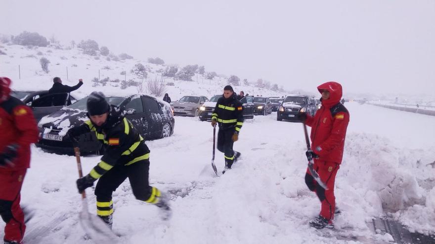 Miembros de la UME trabajan en el rescate de vehículos