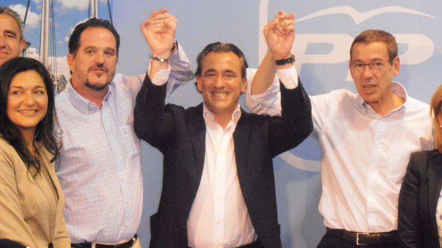 Arturo Torró, en el medio, en un acto del PP.