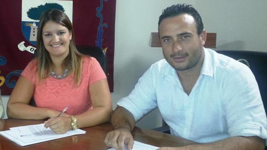 Melissa Armas y Diego Acosta cuando eran alcaldesa y concejal en La Frontera, respectivamente
