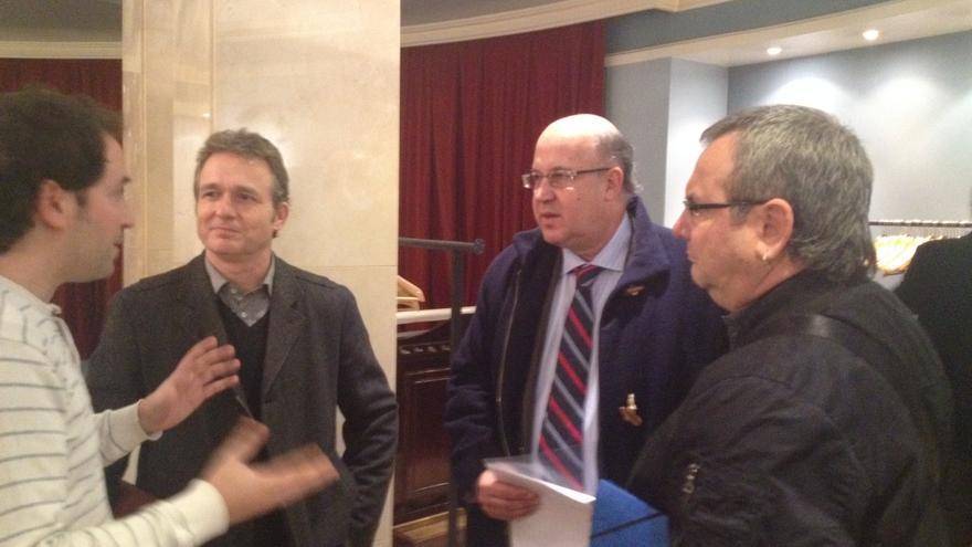 El abogado y profesor Xabier Etxebarria, el fiscal superior Juan Calparsoro y el senador de Amaiur Iñaki Goioaga atienden las explicaciones del moderador. EDN