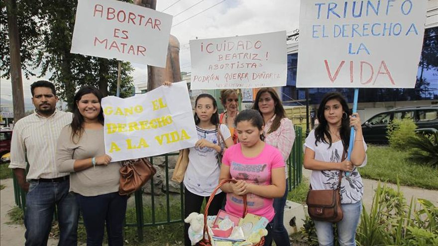 Salvadoreña que había pedido abortar dio a luz por cesárea pero la bebé murió