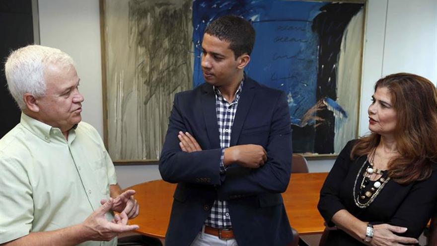 Los consejeros del Cabildo de Gran Canaria de Cooperación Institucional y Solidaridad Internacional, Carmelo Ramírez (i), y de Política Territorial, Inés Miranda, recibieron