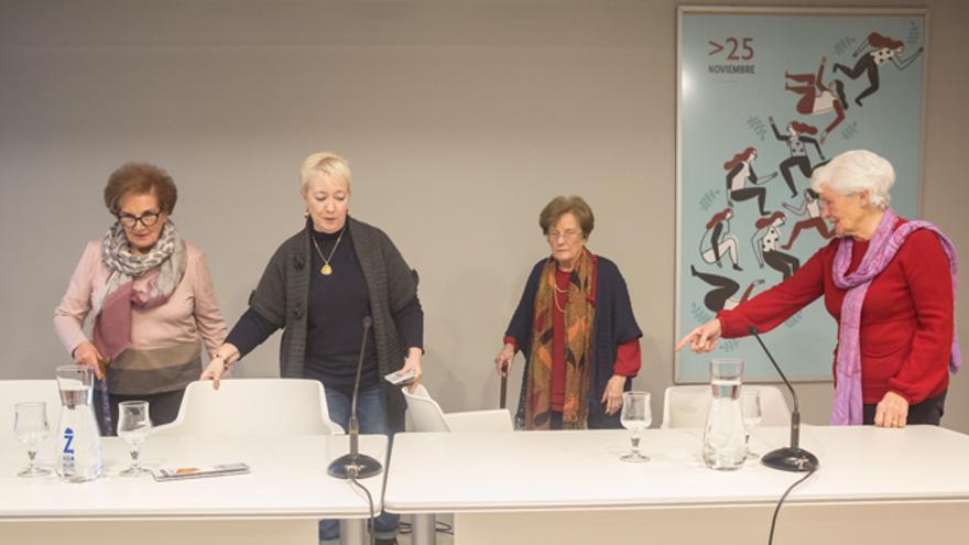 De izquierda a derecha, Rosarito Clemente, Mercedes Sánchez (moderadora), la Sole y Paquita Hernando