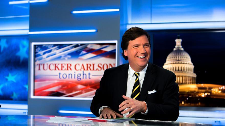 Tucker Carlson en el plató de su programa