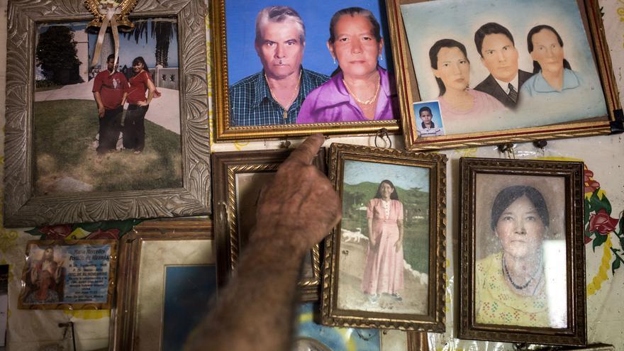 Susana Velasco sufrió un derrame cerebral que le causó la muerte cuando unos mineros le amenazaron violentamente con sus herramientas. En la lucha contra las industrias mineras en El Salvador, los campesinos cortaban continuamente el acceso de los mineros a sus tierras. Eso conllevó amenazas, desapariciones y varios asesinatos. En marzo de 2017 se aprobó una ley en El Salvador que prohíbe la industria minera metálica en su territorio.