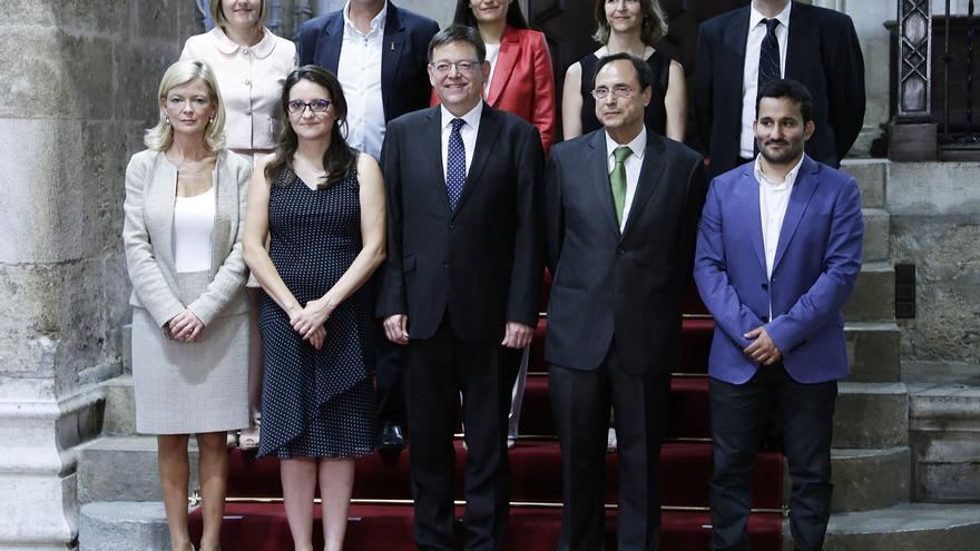 El president Ximo Puig posa junto a los ocho consellers y la vicepresidenta del Consell
