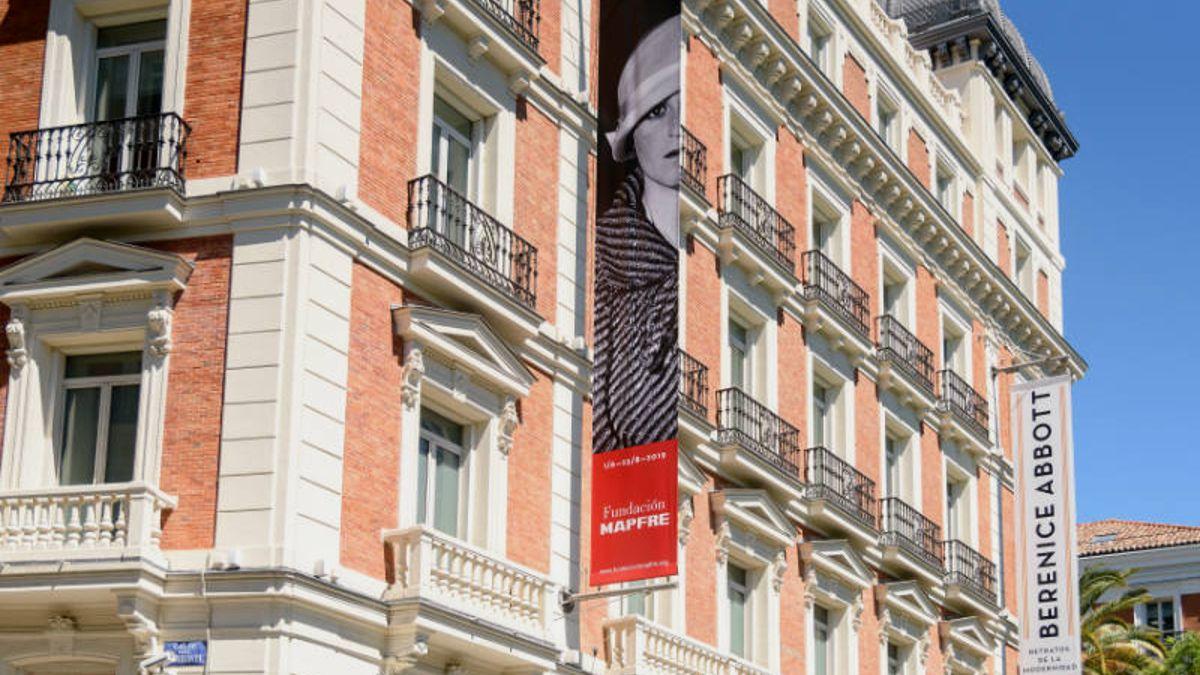 Cartel de la exposición 'Berenice Abbott. Retratos de la modernidad' en la fachada de la Fundación Mapfre | FUNDACIÓN MAPFRE