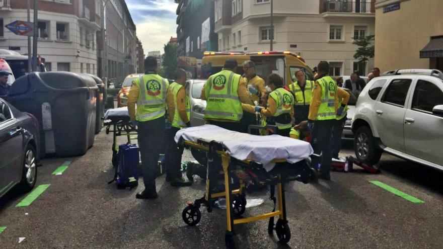 Servicios de emergencia, atendiendo al contusionado en Bretón de los Herreros | EMERGENCIAS MADRID