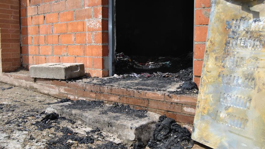 Los bomberos tuvieron que sofocar las llamas de madrugada. Al día siguiente las brasas con toda la ayuda seguía en combustión