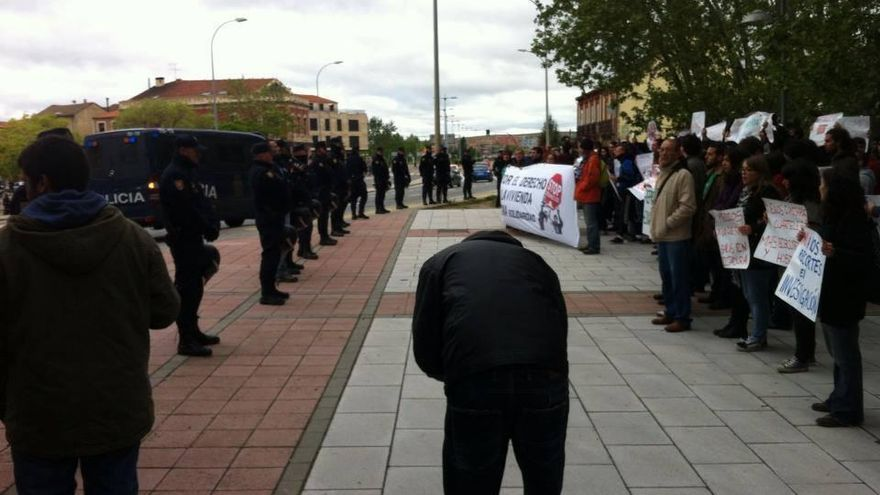 Protesta frente al parador de Salamanca bajo el lema #EscracheaRajoy / Foto: @acampadasala