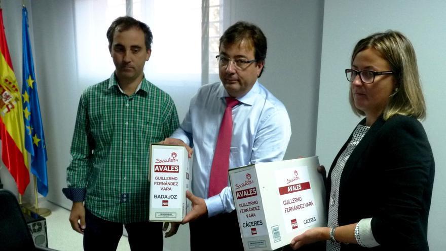 Guillermo Fernández Vara entrega los avales para las primarias a la Junta