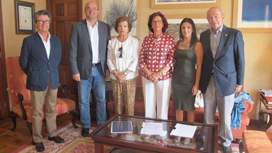El presidente del Cabildo de La Palma, Anselmo Pestana (segundo por la izquierda), con responsables de la Asociación Española Contra el Cáncer.