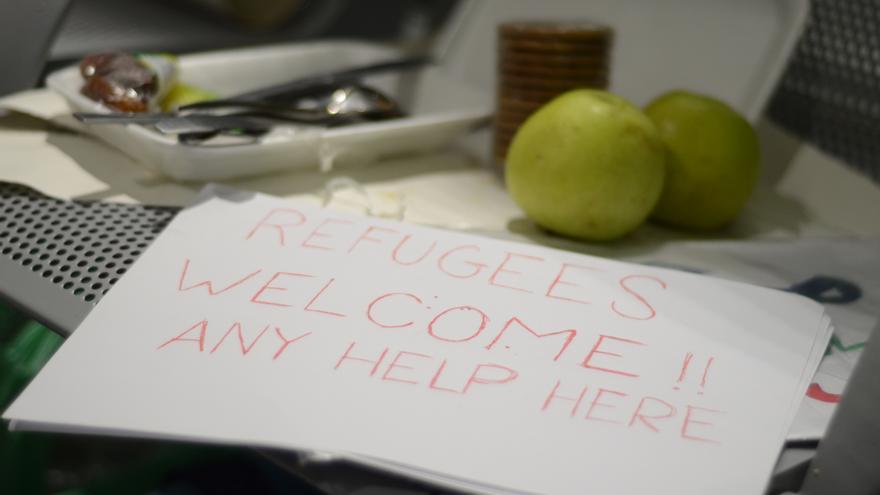 """""""Refugees welcome, any help here"""" hecho por integranes de la red de acogida ciudadana, para recibir a los refugiados en Madrid / Alejandro Navarro"""