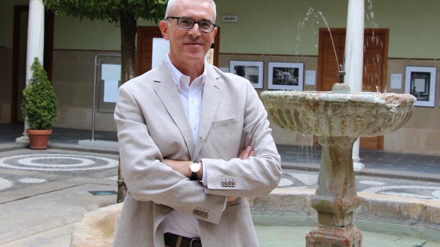 El escritor andaluz en la sede de la UNIA en Baeza.