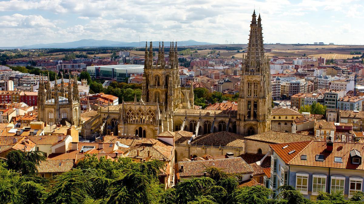 El centro de Burgos desde el Mirador del Castillo. La mole de la Catedral domina totalmente el paisaje urbano.