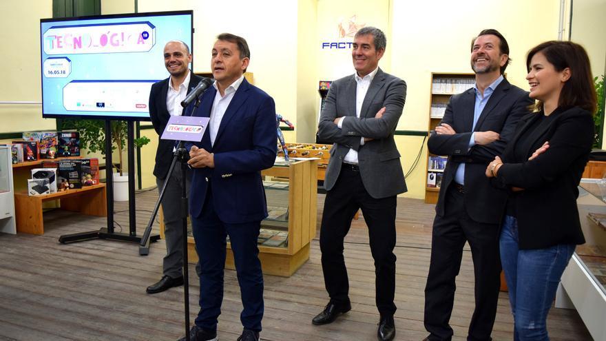 Imagen con las personas asistentes a la presentación, con el alcalde Bermúdez y el presidente canario, Fernando Clavijo