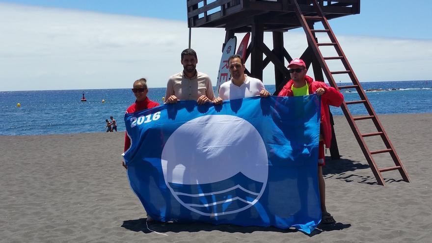 La Bandera Azul fue izada este jueves en la playa de Bajamar.