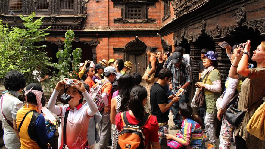 Turistas extranjeros esperan a que la Kumari aparezca por el balcón del templo donde vive / Fotografía: A. T.
