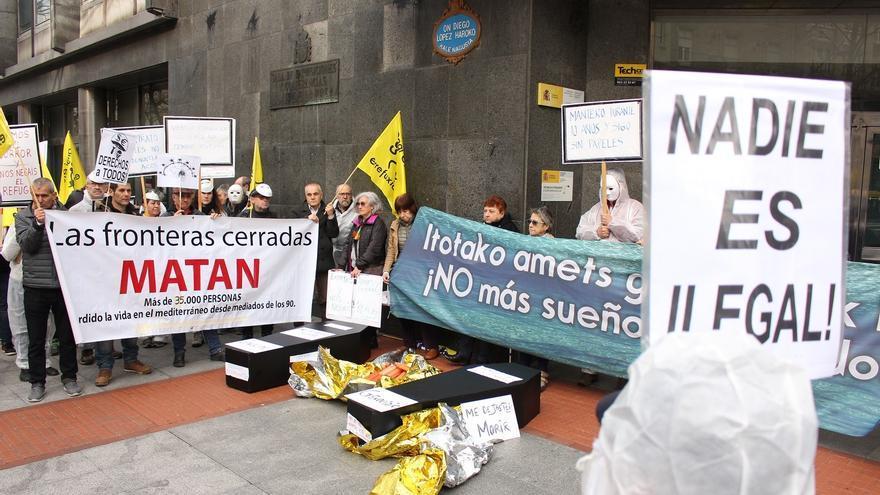 Ataúdes y pancartas frente a la Oficina de Extranjería en Bilbao