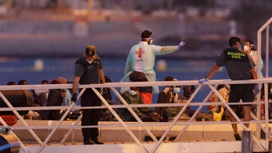 La Guardamar Talía traslada al puerto de Los Cristianos, en el sur de Tenerife, a un grupo de migrantes, donde han sido atendidos por Cruz Roja.