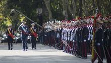 El Rey pasando revista el día de la Fiesta Nacional / Guardia Real