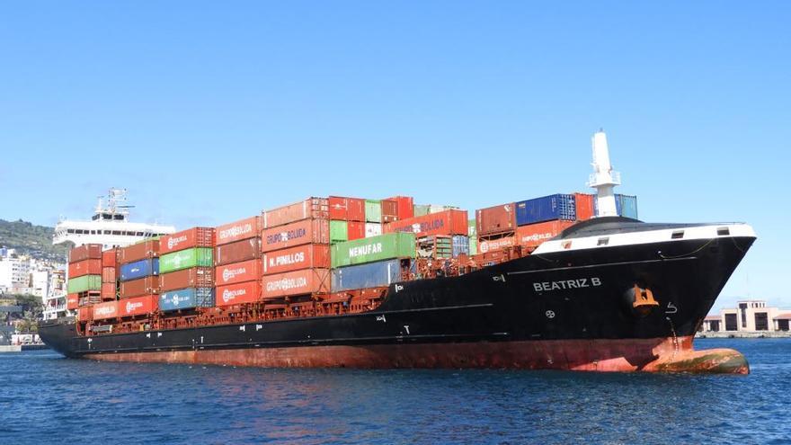 El buque  'Beatriz B', este domingo, en el Puerto de Santa Cruz de La Palma, tras reparar la avería en el motor.