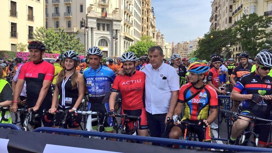 El conseller de Educación, Cultura y Deporte, Vicent Marzà, enfundado en un traje de ciclista rojo y un casco homologado,en la bicimanifestación para pedir más seguridad en las carreteras.