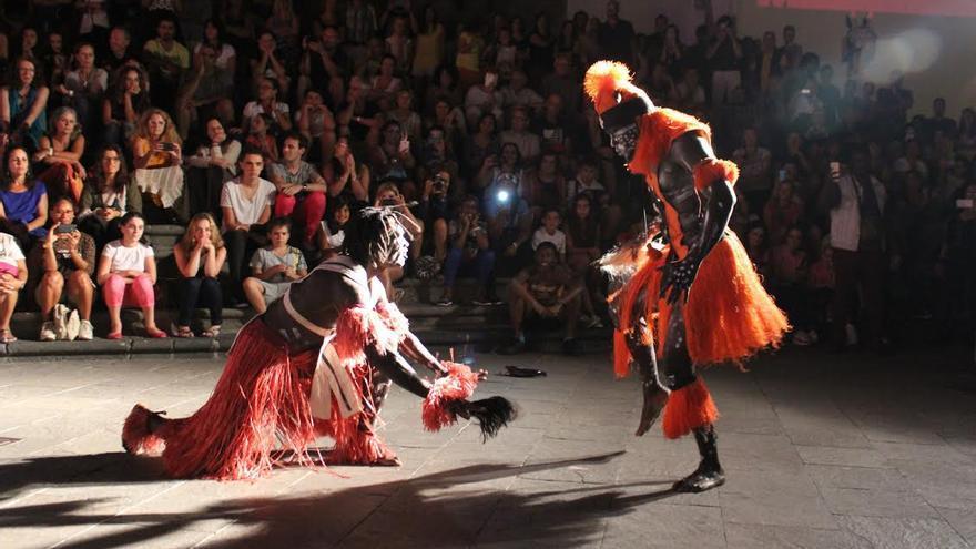 El Grupo Osea Percusión de África realizó las conocidas como 'Danza del hombre' y 'Danza de la mujer', entre otras que forman parte de las costumbres tanto de su país de procedencia como de otros como Malí y Guinea. Foto: JOSÉ AYUT.
