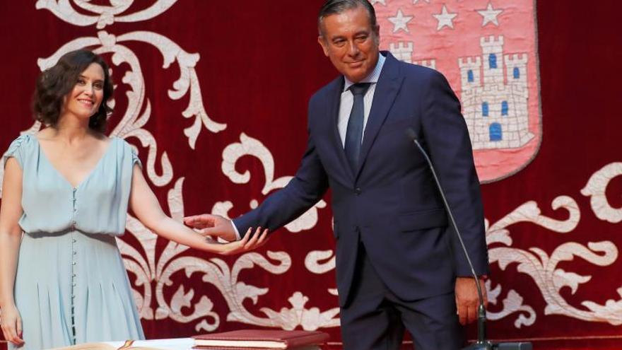 La presidenta de la Comunidad de Madrid, Isabel Díaz Ayuso, y el nuevo consejero de Justicia, Enrique López.