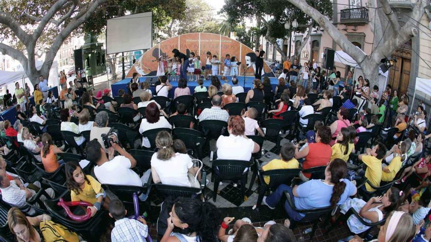 La Plaza de Las Ranas, en la capital grancanaria, donde se han dado cita más de 7.000 personas en la XVIª Edición de la Maratón de Cuentos de su Biblioteca Insular.