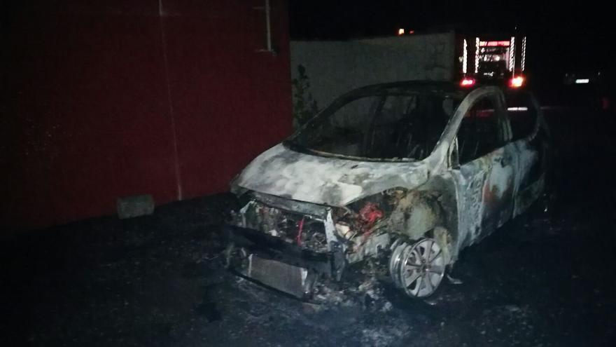 Imagen del coche incendiado en la madrugada de este sábado en la Calle Jedey de El Paso.