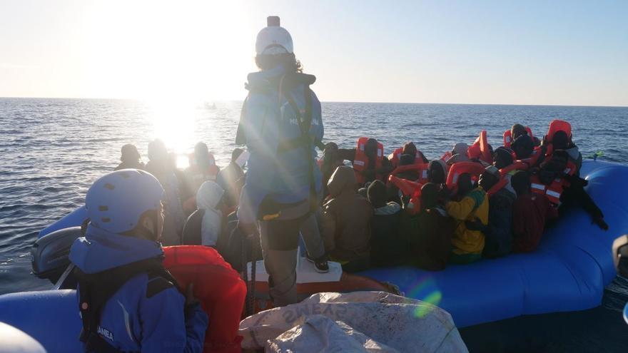 Momento del rescate de medio centenar de migrantes en el Mediterráneo central