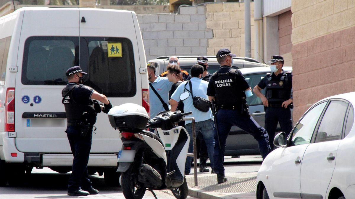 La policía introduce en la furgoneta a uno de los menores migrantes para proceder a su devolución a Marruecos.