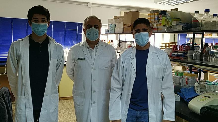 Sergio Santos, Federico Díaz y Javier Castro, en el laboratorio.