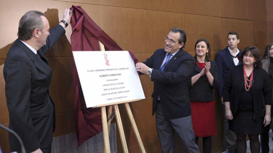 Alberto Fabra en un centro educativo junto al alcalde de Gandia, Arturo Torró.