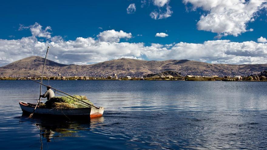 Un poblador de Los Uros pasa con su embarcación cerca de las islas flotantes de totora. VIAJAR AHORA