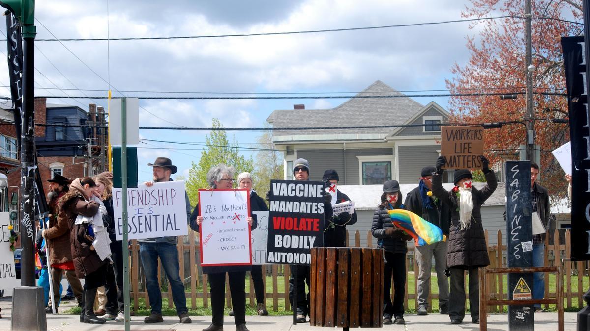 Activistas antivacunas se manifiestan frente al ayuntamiento de Hudson, Nueva York.