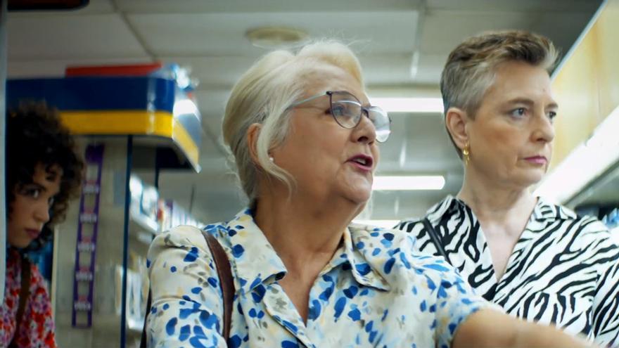 Carol Rovira en 'Luimelia', espiando a sus dos nuevas 'protas'