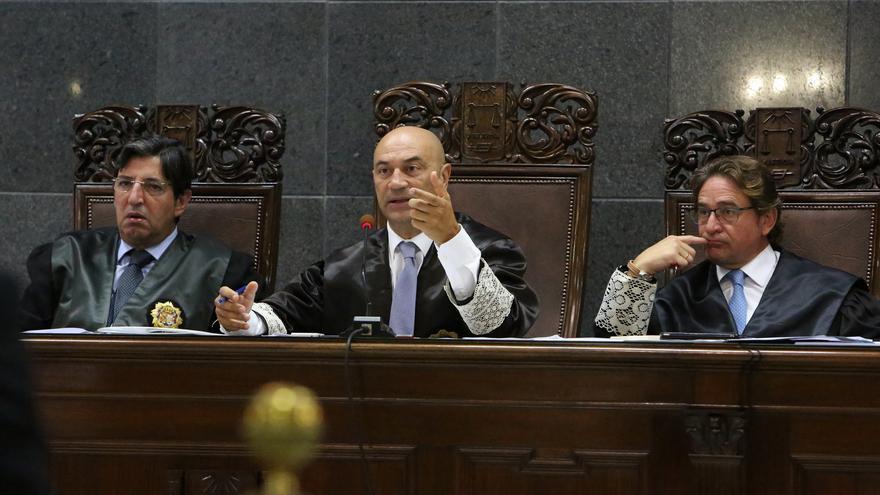 César García Otero, presidente de la Sala de lo Contencioso del TSJC; Antonio Doreste, presidente del TSJC; y el magistrado Salvador Alba, durante el juicio del Caso Patronato