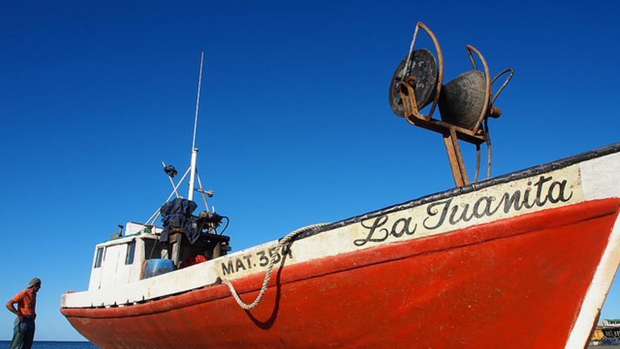 Un barco de pesca tradicional espera al seco en Playa Calavera. Andreas Kambanis