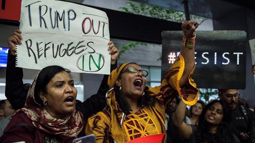 Varias mujeres durante una protesta tras el veto temporal a la entrada de ciudadanos de varios países de mayoría musulmana decretado por el presidente de EE.UU, Donald Trump.