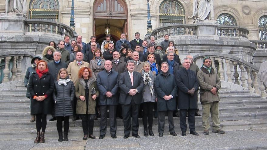 Ayuntamiento de Bilbao realiza una concentración de condena y guarda cinco minutos de silencio por el atentando de Mali