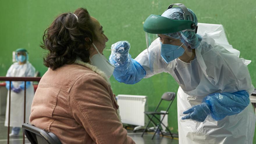 Archivo - Una mujer es sometida a una prueba PCR en el dispositivo instalado en el Frontón Arizmendi de Ermua, Vizcaya, Euskadi (España), a 26 de octubre de 2020.