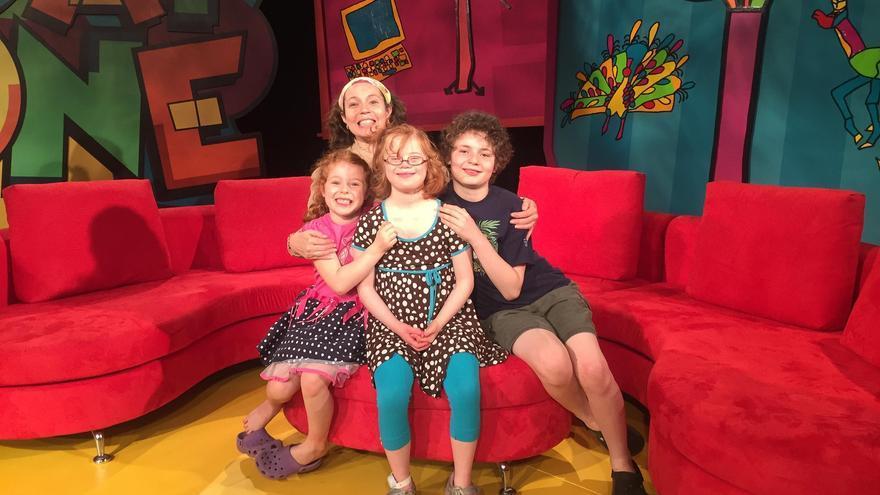 Cyndi Johnson y sus hijos.