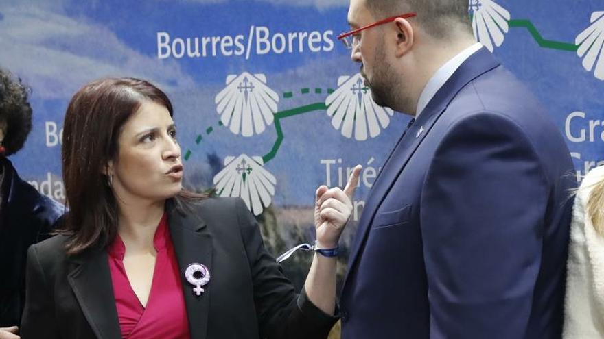 La vicesecretaria general del PSOE, Adriana Lastra, conversa con el presidente del Principado de Asturias, Adrián Barbón, durante el acto institucional en el que se celebra el Día de Asturias en Fitur 2020.