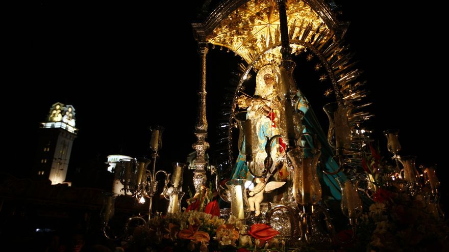 La imagen de la vírgen de Candelaria en la tradicional procesión de Las Candelas.