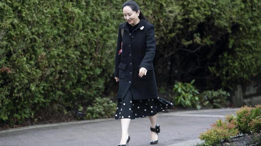 El gigante tecnológico chino Huawei reiteró su confianza en la inocencia de su directora financiera, Meng Wanzhou, cuyo proceso de extradición a Estados Unidos puede continuar tras decidirlo así la Justicia canadiense, al tiempo que las autoridades chinas presentaron nuevas quejas ante Ottawa. EFE/EPA/STR/Archivo